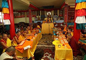 Священнослужители духовного управления Камбы-ламы республики Тува и монахи тибетского тантрического монастыря Гьюдмед читают Кагьюр