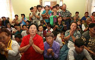 Верующие тувинцы с большим благоговением слушают Слово Будды, повернувшего Колесо Учения 2500 лет назад