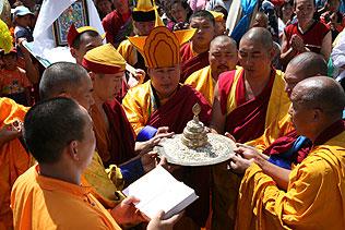 Камбы-лама республики Тува Джампел Лодой, монахи тантрического монастыря Гьюдмед и тувинские священнослужители совершают подношение мандалы