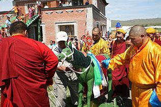 Драгоценный конь обносится вокруг храма с молитвами о скорейшем приходе Майтрейи, Будды грядущих времен