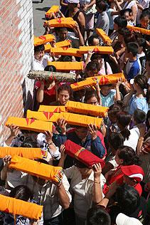 Люди совершают ритуальное обхождение вокруг верхне-чаданского храма, неся многочисленные тома Кагьюра, запечатленного Слова Будды